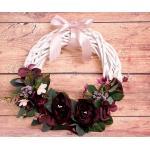 Ajtódísz - fehér koszorú, bordó virágokkal 2. (á. 36 cm)