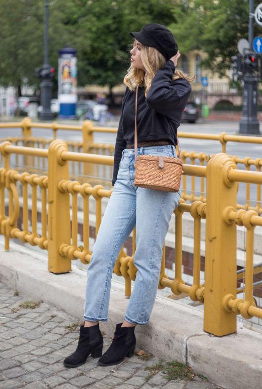 Az influencer HeyJulie mom jeans farmert, bokacsizmát, pulóvert és rikkancs sapkát visel