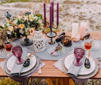 Dekoratív étkezőasztal teríték, virágdísz és gyertyatartó
