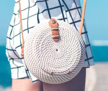 Trendi fonott kerek női táska a strandon