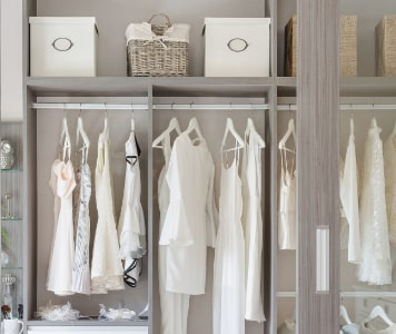 Rendszerezett gardróbszekrény ruhákkal