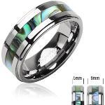 Volfrám gyűrű ezüst színben, kagyló mintázatú középsõ sáv - Nagyság: 49, Szélesség: 8 mm